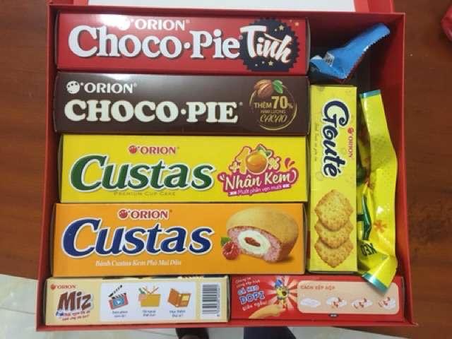 Bánh bên trong hộp quà tết orion