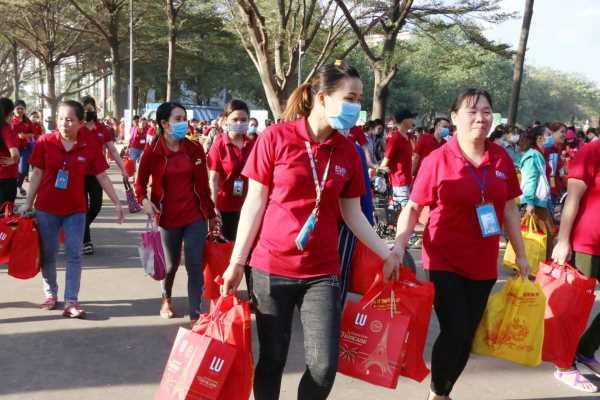 Tặng quà cho công nhân trong dịp Tết là nét đẹp văn hóa của rất nhiều công ty Việt