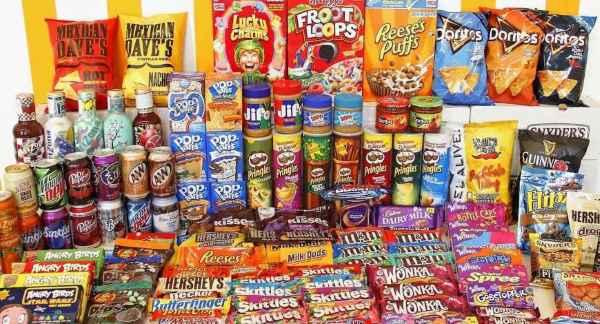 Bánh, kẹo, mứt... là những sản phẩm quen thuộc thường thấy trong hộp quà Tết truyền thống